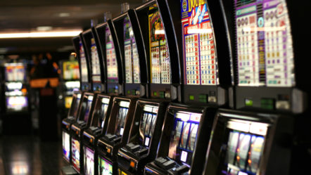 UKGC Criticizes Bars for Failing to Prevent Underage Gambling on Fruit Machines